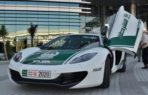ماشین سواری بنزما با پلیس دبی (عکس)