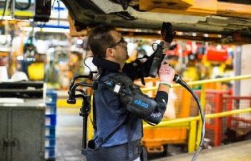 تکنسین های خط تولید فورد به اسکلت خارجی مجهز می شوند