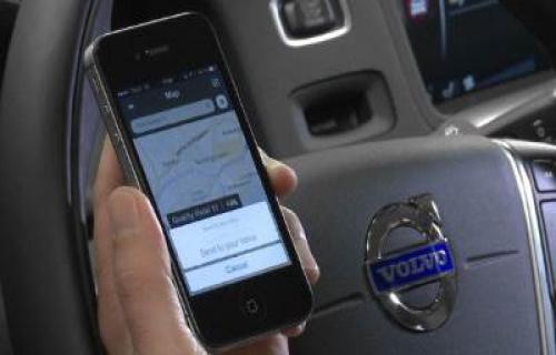 با گوشی همراهت رانندگی کن
